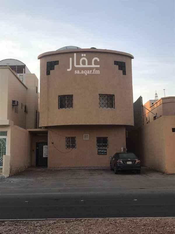1746244 شقه عوائل علويه تتكون من ٣ غرف نوم ودورتين مياه ومطبخ مجدده بالكامل بدون مكيفات مطله على الشارع الرئيسي تصلح لغير السعوديين