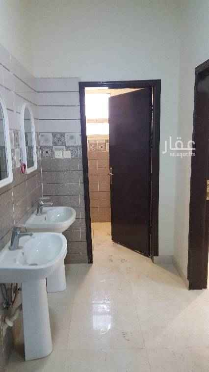 1416875 ايجار شقة اربع غرف وصاله ومطبخ واتنين دورات مياه  دور ثالث بدون سطح حي الرمال كهرباء مشترك بجوار المسجد