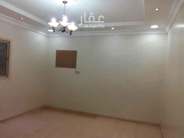 1813434 للإيجار شقة عوائل في حي طيبة مخطط 211 مستخدمة دور أول فوق الأرضي  تتكون من ( مجلس رجال 👬 و2 غرفة نوم وصالة ومطبخ راكب ومستودع)