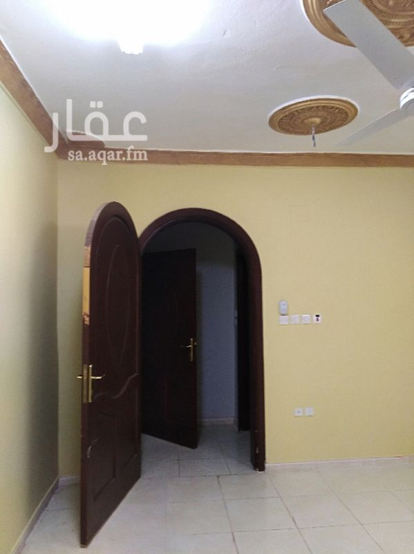 1227958 شقة مدخلين  دور الأرض 4 غرف + صالة+3 حمامات+ مطبخ + منور المطلوب إيجار شهري 1300 ريال