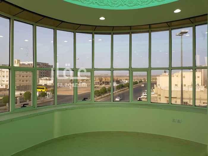 1402426 مبنى تجاري على واجهتين عبارة عن : ٣ معارض تجارية  ١ غرفة صراف آلي ٥ مكاتب إدارية مختلفة المساحات
