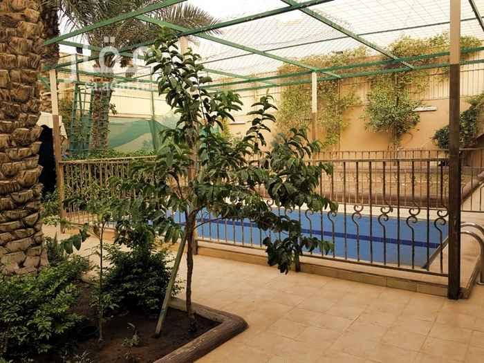 1559389 الموقع: القطعة رقم 368 من المخطط 2433، شارع المدانة حي اليرموك في ظهر طريق الأمام (مخرج 9) المساحة: 625 متر الشارع: 15 شمال الأبعاد: 25 x 25 متر الغرف: 2 غرفه داخلية + 2 غرفة أبواب خارجية (على الشارع) الحمامات: 4 حمامات مطبخ: 1 مطبخ خيمة: 8 x 6 متر مسبح: 7 x 3.5 متر الأبواب الخارجية: 3 صغيرة + 1 كبير (مدخل سيارة)