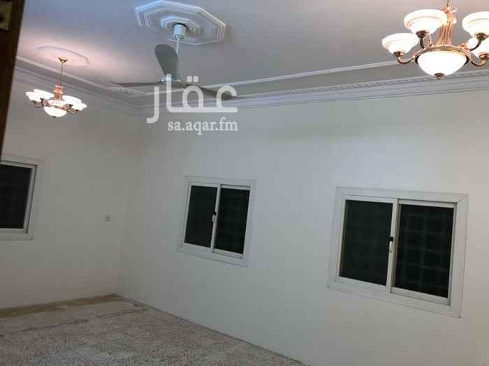 1733674 شقه خمس غرف مطله ولها سطح كبير ومواقف سيارات متوسطه المدارس والخدمات