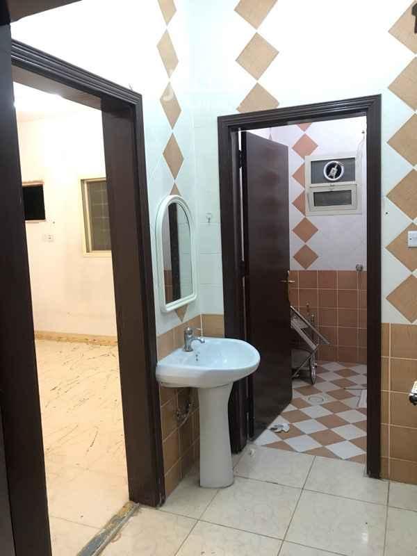 1581645 شقة دور ثالث  غرفتين نوم  ومجلس وصالة ومطبخ ودورتين مياه والكهرباء مستقل مع سطح كبير خاص