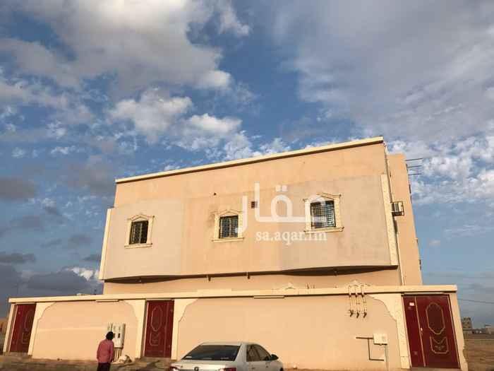1239442 البيت عبارة عن دور ارضي وشقتين  الارضي : 3غرف ، صالة جانبية ، 3 حمامات ، مطبخ ، مقلط ، ديوانية   كل شقة عبارة عن غرفتين ، حمامين ، ديوانية ، مطبخ ، صالة الشقق المدخل الخارجي واحد ولكن كل شقة درج مستقل  وكل شقة لها استقلاليتها من المياه والكهرباء  البيت مؤجر بالكامل 3 الاف ريال  البيت مطلوب للصندوق العقاري 425 الف المطلوب فوق الطلب 300 الف