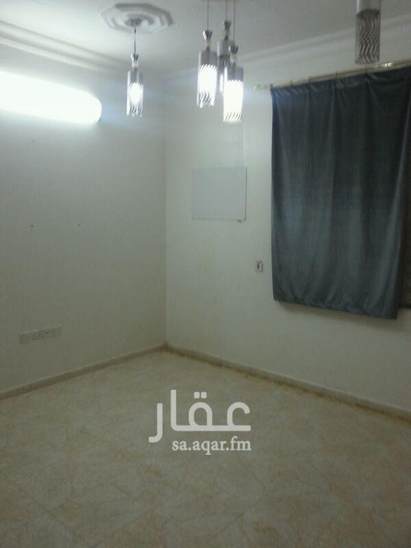 1443964 دور ارضى للايجار مستخدم 5غرف وصاله ومشب ومطبخ ثﻻث حمامات