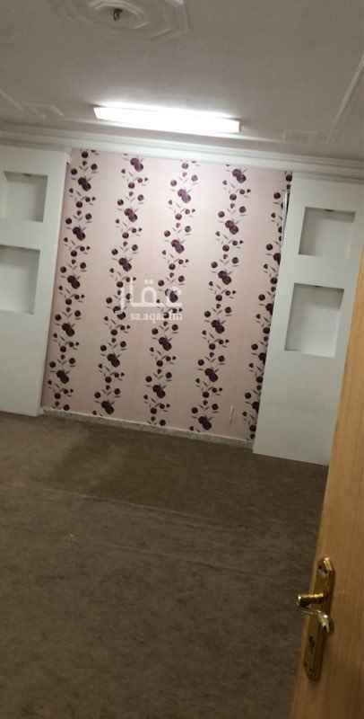 1515227 دور علوي مساحة ممتازة ثلاث غرف وصاله وثلاث دورات مياة ومجلس ومقلط مدخلين للدور