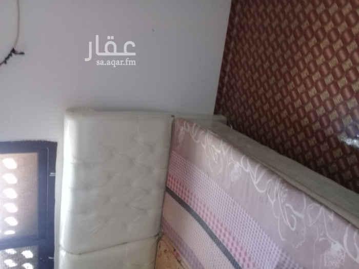 1671164 شقة كبيرة للايجار حي الفيحاء شرق الرياض مخرج ١٦ثلاث غرف وصالة مكيفات راكبة ويوجد بها بعض الأغراض البسيطة سراير وكراسي