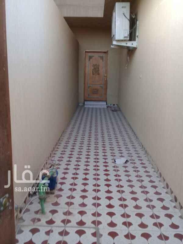 1277999 دور علوي مجلس  مقلط    صاله ٣ غرف نوم  مطبخ  مدخلين  ٣حمامات  عداد مستقل