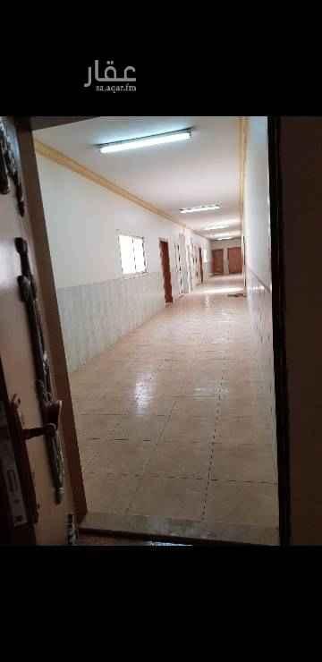1555550 شقة واسعة تتكون من ٣ غرف ومطبخ و ٢ حمام  والغرف كبيرة جدا مثل الدور فيها مصعد  ومكيفات راكبة وغاز مركزي خاص للشقة  قريبة من سوق خريص مول ومن جميع الخدمات الوحيدة المتبقية . للتواصل / 0530353994 سلطان الماضي