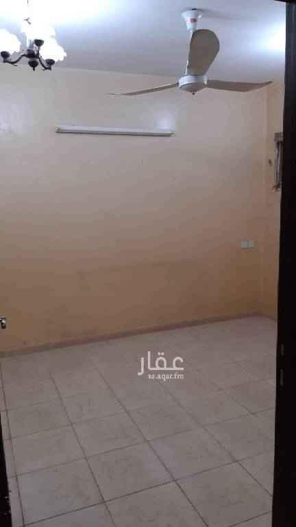 1754004 شقه بالسطح ثلاث غرف ومطبخ وحمام وحوش داخلي صغير قريب مستشفى سلمان