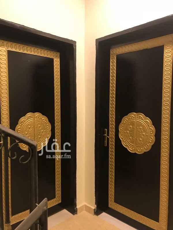1380874 شقه في الدور العلوي تصميم ممتاز ومعاها سطح   مجلس + غرفتين نوم + صاله + مطلخ + دورتين مياه