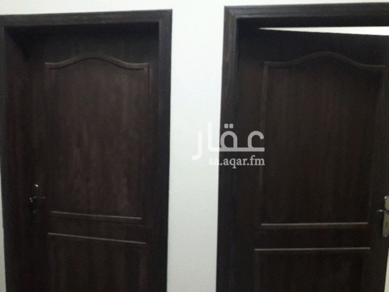 1406570 للإيجار شقة بحي الشراع مدخلين للشقة   تتكون من مجلس ومقلط وصالة ومطبخ راكب وغرفتين نوم
