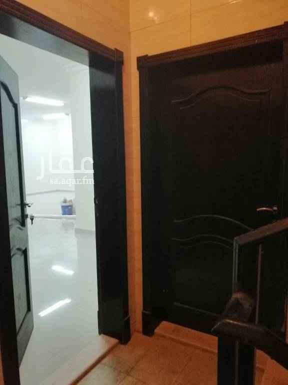 1808973 للإيجار بالعزيزية حي الصواري شقة ٣ غرف مكونه من مجلس وصاله ومطبخ وغرفتين نوم ودورتين مياه الايجار ٢٠ الف سنوي ابو مازن 0533783160 0546857423