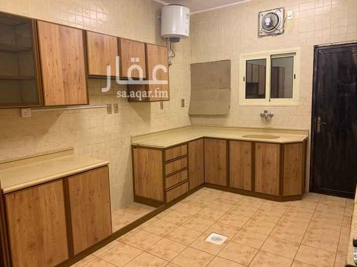 1814071 شقة زاوية بالدور الأرضي تتكون من أربع غرف نوم ومجلس وصالة وغرفة غسيل وثلاث دورات مياه ومطبخ حوش كبير مدخلين مقابل الحديقة