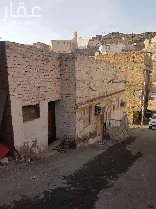 1368777 بيت شعبي بصك شرعي يتكون من ٦ غرف وصالة ومطبخ وحمامين السيارة تقف امام الباب يبعد عن الشارع العام ( شارع الحج) بحوالي 450 متر