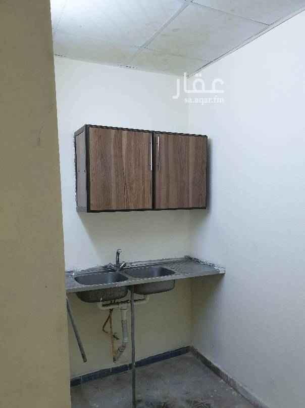 1682683 غرفة  حمام واحد مطبخ صغير  دور أرضي ٨٠٠ ريال  الماء والصرف الصحي مجاناً