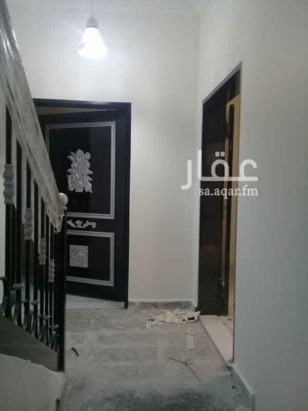 1383724 دور أرضي للإيجار مدخلين جديد  مجلس ومقلط وصاله ومطبخ و٣غرف نوم و٤ حمامات وغرفه سائق.