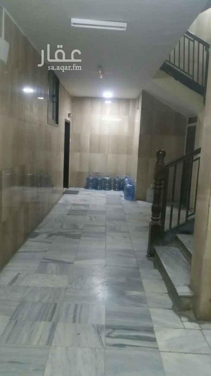 1599590 يوجد لدينا شقة عوائل بحي الورد مكونه من أربع وصاله + مطبخ + حمامين  يوجد مطبخ فقط راكب بدون مكيفات  السعر 26 الف