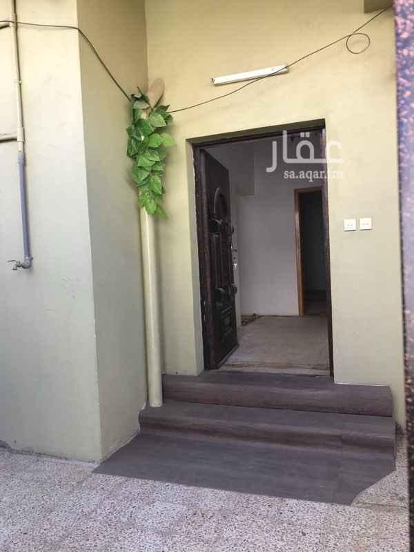 1465258 شقة مستقله بمدخل خاص و على شارعين  يوجد بها حوش موقع استراتيجي  جميع الخدمات موجوده