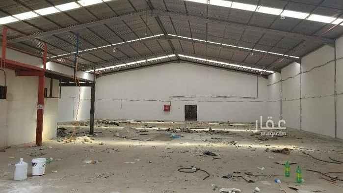 1751398 مستودع للايجار مساحة ٩٠٠ متر كامل الخدمات نظامي فيه نظام مكتب غرفة ومطبخ وحمام فيها خزان ماء