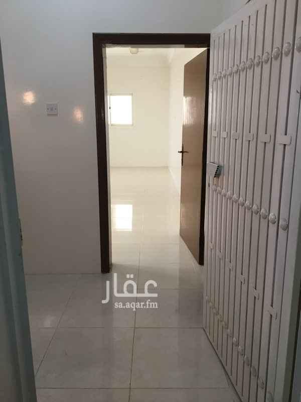 1357399 دور علوي، (مجلس-صالة-مقلط-غرفتين نوم-دورتين مياه). الشقة كبيرة والغرف واسعة ويوجد سطح خاص، قريبة من المحلات التجارية، الممشى يبعد أقل من ١٥٠ متر. التواصل واتساب فقط ٠٥٥٥٥٥٦٧٤٣