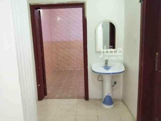 1513601 شقه نظيفه بالعزيزية ت٥ قريبه من مدارس البنين والبنات. جميع الخدمات. اربع غرف ومطبخ ومخزنين. واسعه مساحة الصاله٨ في ٥
