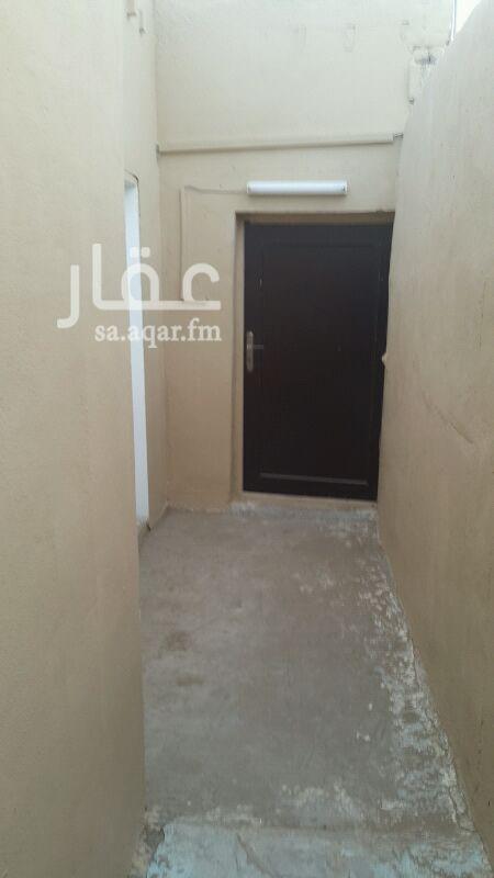 1120083 أمام البيت شارع السيره العطره شارع رئيسي ليس وسط الحي   و الشقة للعزاب و ليس للعوائل