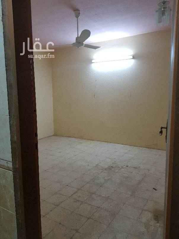 1504535 دور علوي مدخل خاص مع السطح وغرفة ودورة مياة في السطح نظيف
