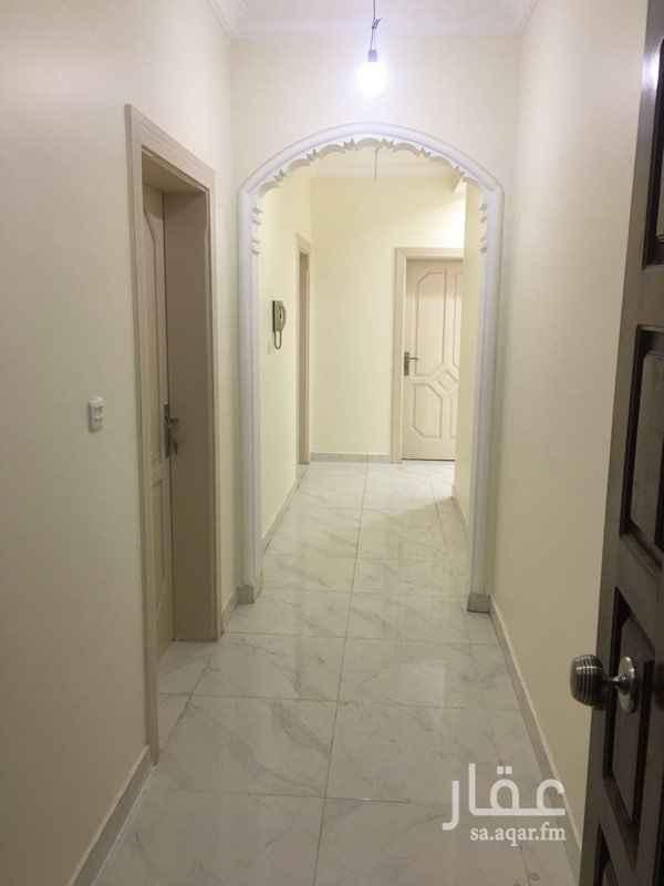 1559886 شقة فاخر للإيجار تتكون من :- ٥ غرف كبيرة - وصالة كبيرة - ومطبخ - وغرفة شغالة - و٤ دورات مياه   الموقع جوار مسجد الحرمين    للمعاينة رقم الحارس : 0590579652