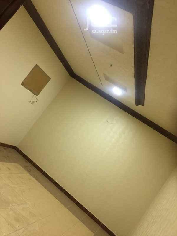 1326153 شقة علوية بفيلا  3 غرف   صالة   مطبخ   3 حمامات   موقع مميز   قريب من الخدمات   الغرف واسعة   سطح