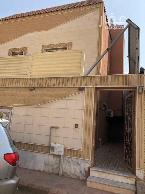 1297867 دور علوي مكون من خمس غرف وصاله وثلاث حمامات والملحق غرفتين و حمام ومطبخ مغطى بشبك زراعي