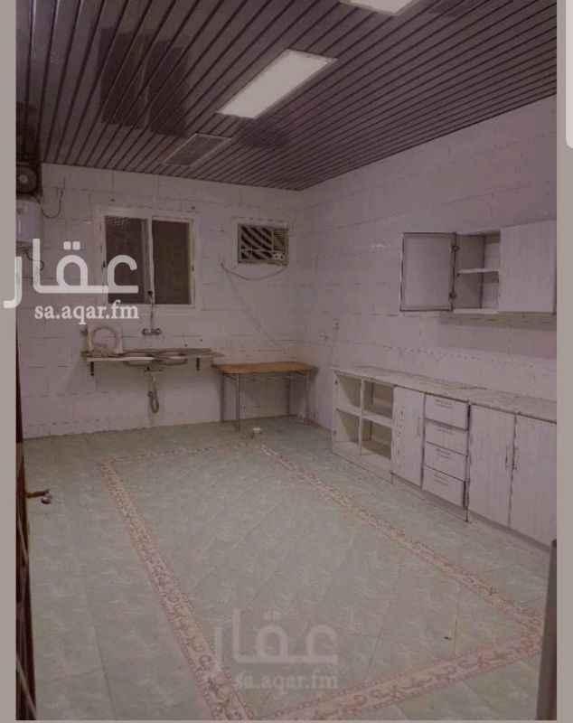 1331125 شقة ٥غرف +٣حمامات+صالة +مطبخ، في الدور الثاني، الشقة مكيفة بالكامل، يوجد دواليب مطبخ (واضحة في الصور) الموقع شارع المطار، حي العريض خلف سوق البدر ومزايا طيبة التواصل/ ٠٥٥٣٢٠١١٢٢