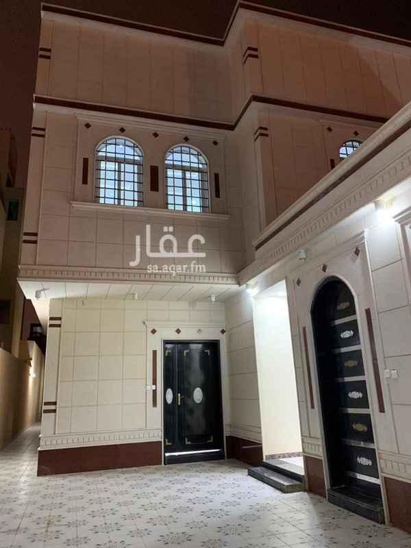 1687096 فيلا درج داخلي +2شقة  عمرها سنة ونص موجرة بالكامل   للبيع او للتنازل على بنك الرياض