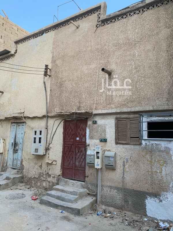 1325958 بيت شعبي قريب من جميع الخدمات يوجد سطح به غرف ودورة مياه