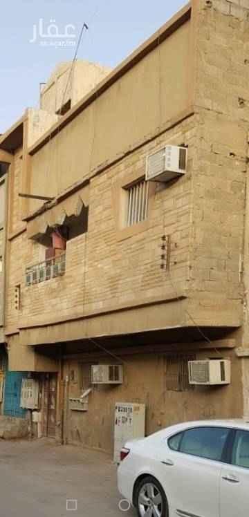 1676397 عمارة في الرياض حي منفوحة مساحتها 116 م  على شارع 10 واجهه شمالية بها شقتين وملاحق في السطح  العمر اكثر من 30 سنة  تؤجر 22 الف سنويا من اكثر من 20 سنة سيمت 450 الف من فترة طويلة السعر قابل للتفاوض