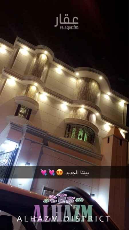 1667406 الشقة في الدور الاول يوجد به غرفتين وصالة ومجلس ودورتين مياه وموقع المنزل ممتاز  وهاديء قريب جداً من المسجد والخدمات العامة  وحديقة عكاظ