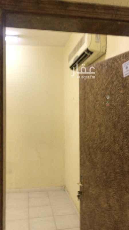 1514705 العمارة قريبة جداً من شارع الفريان والستين  الشقة مكونة من : غرفة  حمام مطبخ صغير الشقة مركب بها مكيف  ٤٥٠٠ ريال ايجار سنوي - الدفع ٦ شهور يشمل الايجار رسوم المكتب والماء