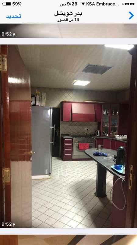 1146448 الفيلا الدور الاول  اربع غرف + صالة + حمامين + مطبخ   ملحق خارجي + غرفة سواق   الدور الثاني  غرفة ماستر مع حمامها + غرفتين + حمام الدور الثالث  غرفة السطح + حمامها + سطح   الشقة  ٣ غرف + ٣ حمامات + صالة + مطبخ  السطح غرفتين + حمام + سطح صغير   عمرها ٩ سنوات