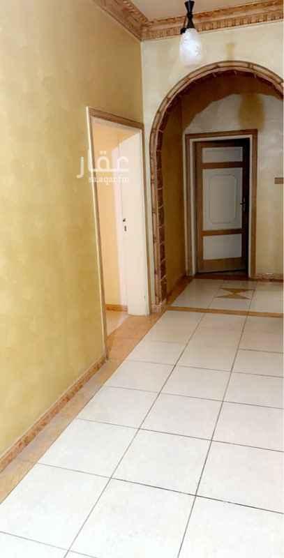 1809767 يوجد شقه دور ثاني مدخلين 4 غرف