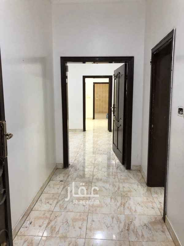1445691 شقة دور تسوية بدروم   مكونه من 4 غرف وصالة  دورتين مياة مطبخ راكب مجددة ونظيفة