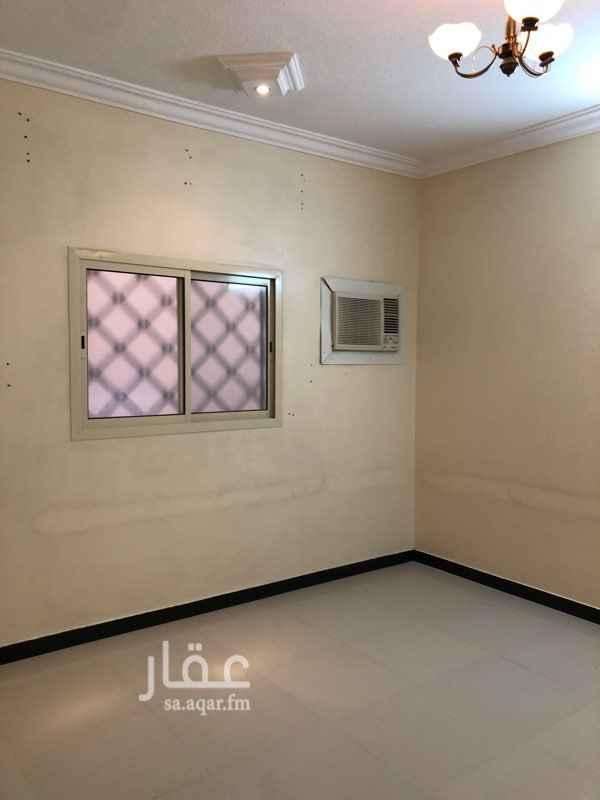 1190116 شقتين في قرطبة الشرقية ثلاث غرف وصالة مستخدمة نظيفة  مكيفات ومطبخ راكبة.   في الدور الثالث معها سطح خاص من داخل الشقة