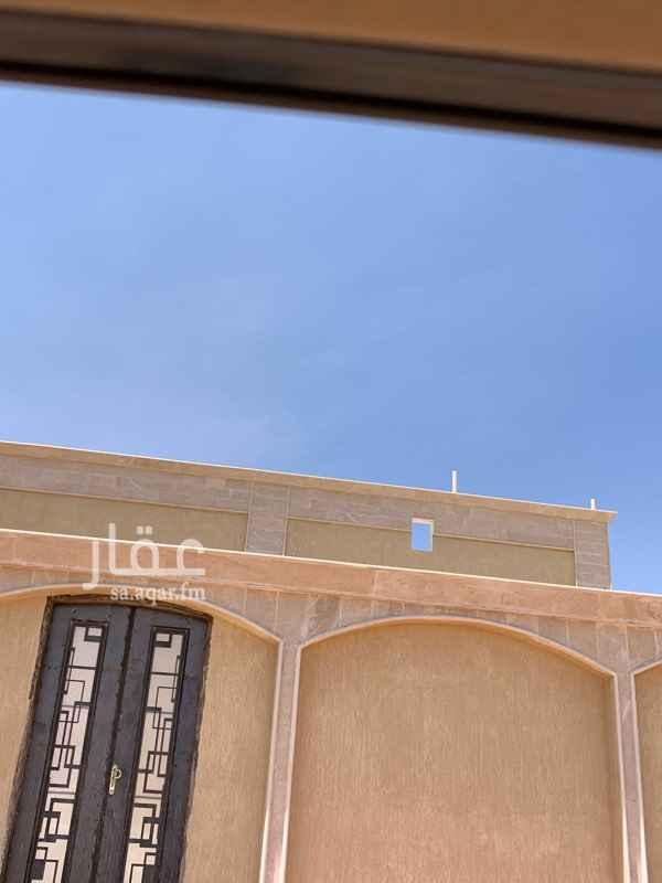 1689059 فيلا مكونة من دور أرضي وشقتين علويتين وحوش مساحته تقريبا ٣٥٠ وثلاثة خزانات أرضية منفصلة ومسطح البناء ٥٩٥م على شارع شرقي ٢٠م وشارع شمالي ٦م عليها قرض عقاري تم تسديد الأقساط الأولى وتبقى ٤٠٠ألف