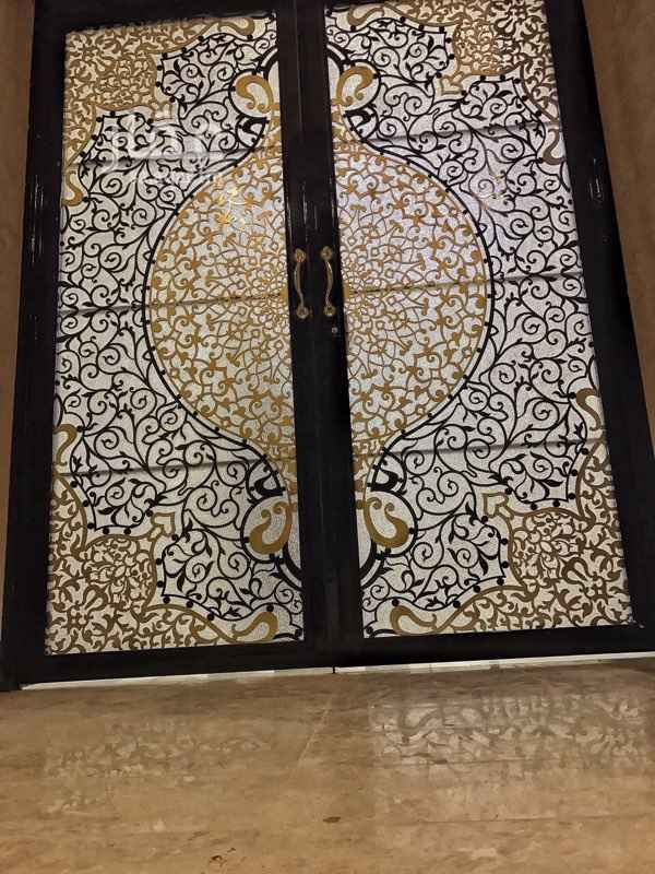 1689587 شقة دور أرضي في حي الياسمين مكونة من 3 غرف و صالة ومطبخ و 2 دورة مياه ( أعزكم الله ) مكيفات إسبيلت راكبة و مطبخ .