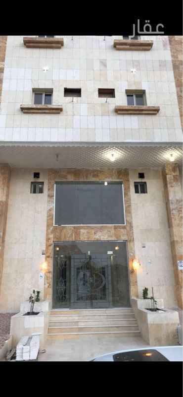 1699115 عمارة  موقعها  مكة - مخطط الريان المعيصم  المساحة:  900 م الشارع: 15 + ممر 6 م تتكون: من 4 أدوار  وملحق  تتألف: 18 شقـــه ـ من 5 غرف ومنافعها + 4 غرف ومنافعها + شقة واحدة من 3 غرف ومنافعها مساحات الشقق من 132م الى 180م وتشمل صندوق التنمية العقاري  متوفر : بدروم ويمكن أن يقام به 3 شقق مكونه من 3 غرف بمنافعها+ مواقف + مصعد متوفر: الكهرباء ـ الإناره  والماء ـ والمجاري  جميع الشقق مستأجرة تشطيب لوكس  + واجه رخام  إجمالي قيمة الايجارات قرابة 300 الف في السنة الموقع داخل حد الحرم  تبعد عن الحرم 15د