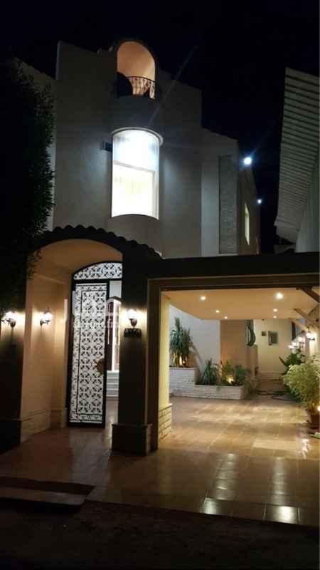 1098018 فيلا بحي الشاطي ٤ خلف فندق الهلتون على الكورنيش بحالة ممتازة