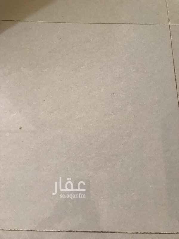1686391 غرفة تصلح تكون لسائق عائلة تقيم في ابحر الشمالية في حي الزمرد وبالقرب من طريق الملك سعود  غرفة بحمامها الايجار السنوي ٥٠٠٠ ريال والدفعات كل ثلاثة شهور ١٢٥٠ ريال مع دفع تامين ١٠٠٠ ريال