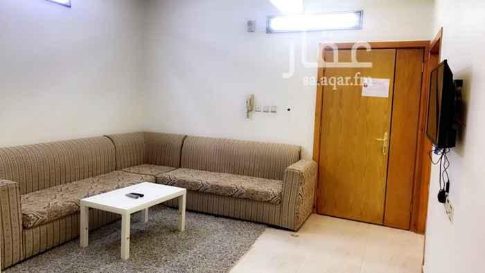 1707577 شقة مكونة من ثلاث غرف ( غرفة نوم رئيسية ، غرفة نوم اطفال ، مجلس ) وصالة ومطبخ ودورتين مياه ( واحدة خاصة بغرفة النوم الرئيسية  )  مؤثثة و مكيفة ، و يوجد حوش صغير .
