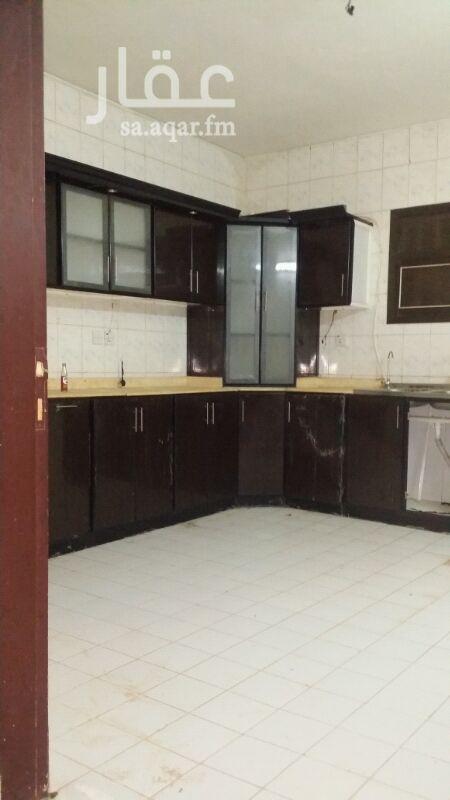 1379560 *المدخل من الواجهه الشماليه على شارع10م *يوجد مطبخ راكب كما أن الغرف الأربع والصاله واسعه جدا *يوجد غرفه خامسه بدورة مياه في الدور الثالث بالإضافه إلى سطح يوجد به مستودع (شينكو)