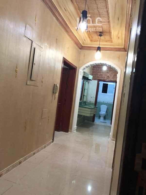 1488372 شقة مكونة من ٤ غرف و ٣ حمامات ومطبخ يوجد مكيف مركزي في مجلس الرجال